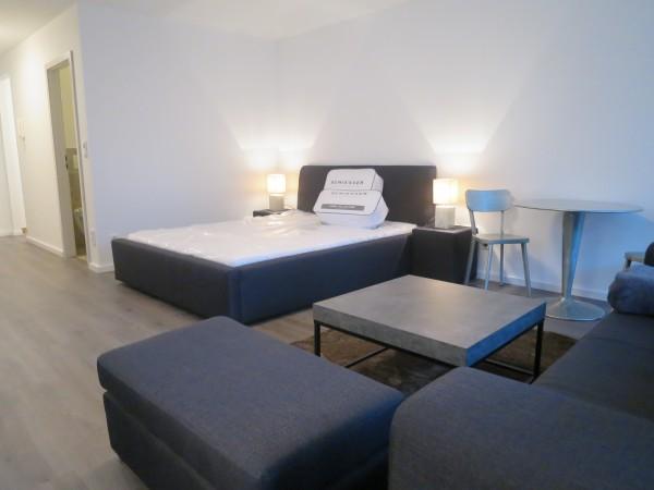 Doppelbett mit Nachttischen und Tischlampen