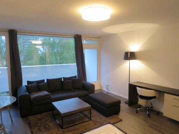 Wohnraum mit Sofa, Hocker und Couchtisch