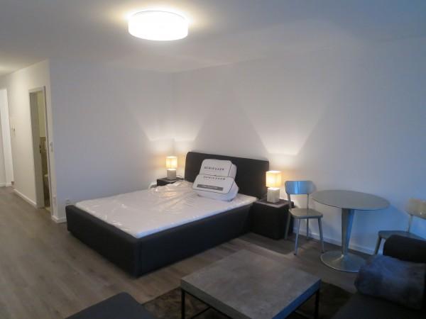 Doppelbett und Bistrotisch