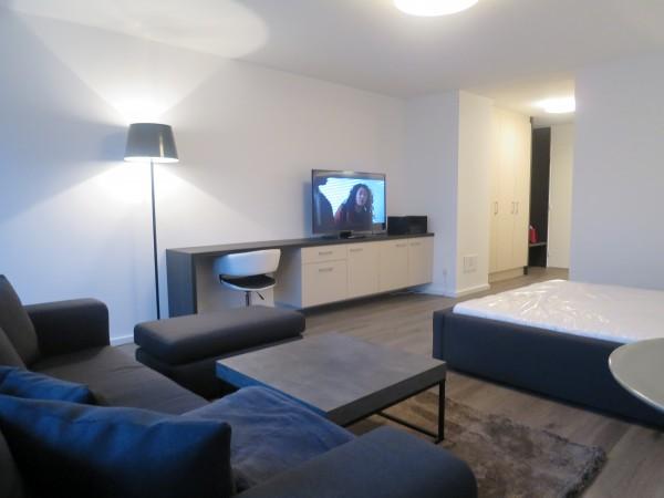 Wohnraum mit Sofa, Hocker, Couchtisch und Sidebaorad