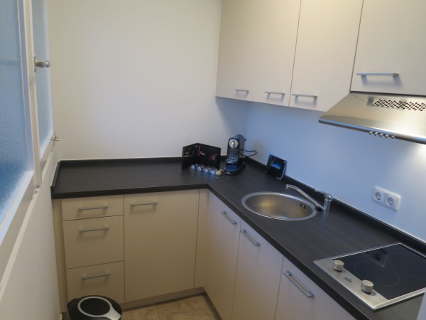 Küche mit Kochfeld, Spüle und Kühlschrank